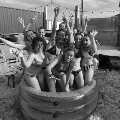 Vrijgezellendag in een ijsbad aan zee!