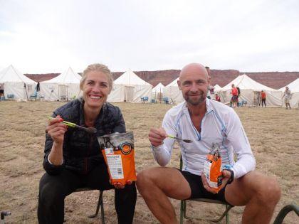 Soester-stel volbrengt loodzware meerdaagse ultra hardloopwedstrijd in Utah USA en nemen prijzen mee naar huis.