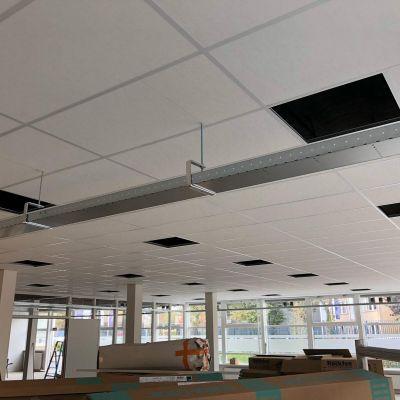 Een standaard 60x60 inleg systeemplafond voor het ROC in Nieuwegein