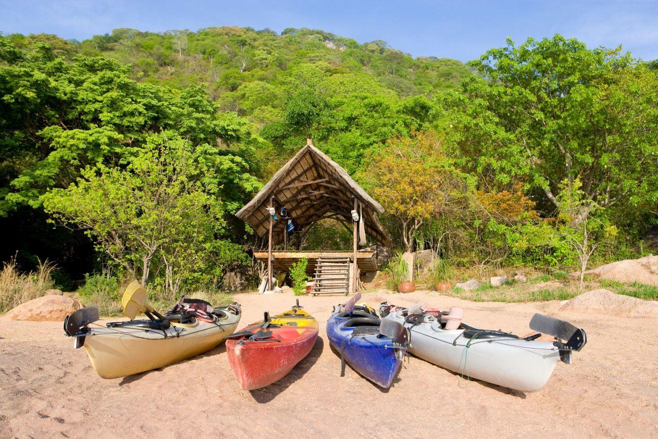 Domwe Island Camp strand en kajak