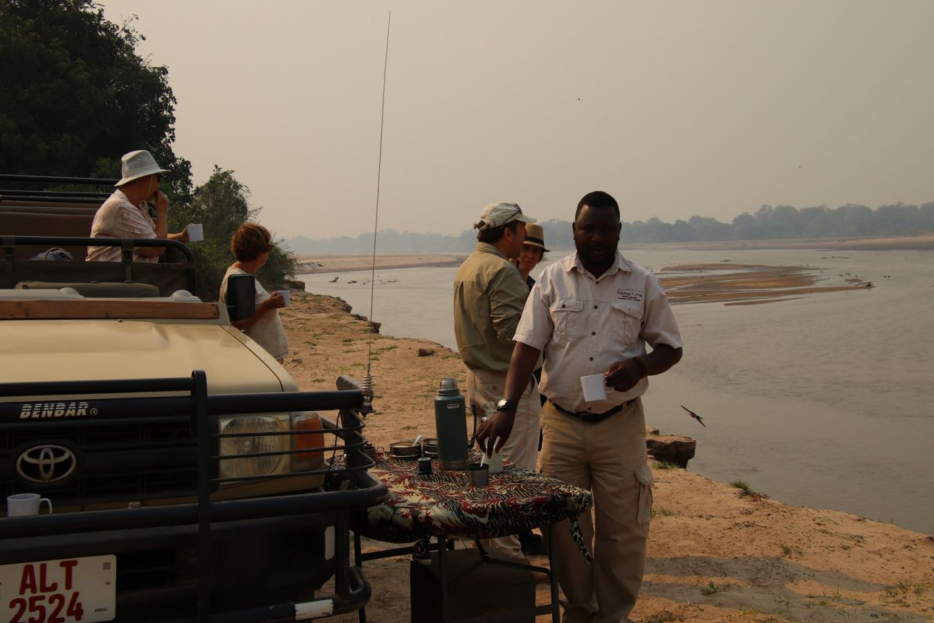 Flatdogs Camp koffie break aan Luangwa rivier