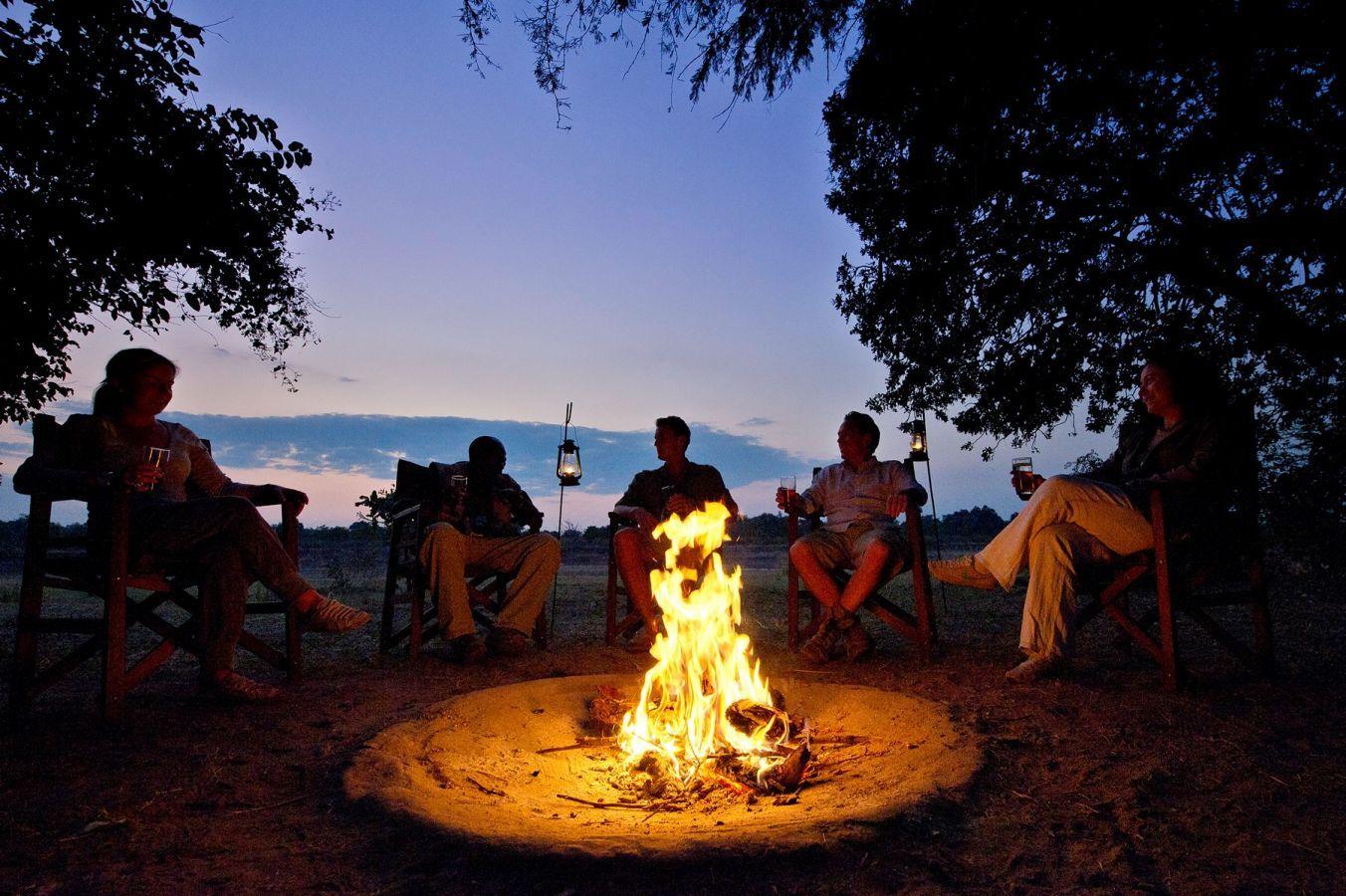 Flatdogs Camp kampvuur op oever Luangwa rivier