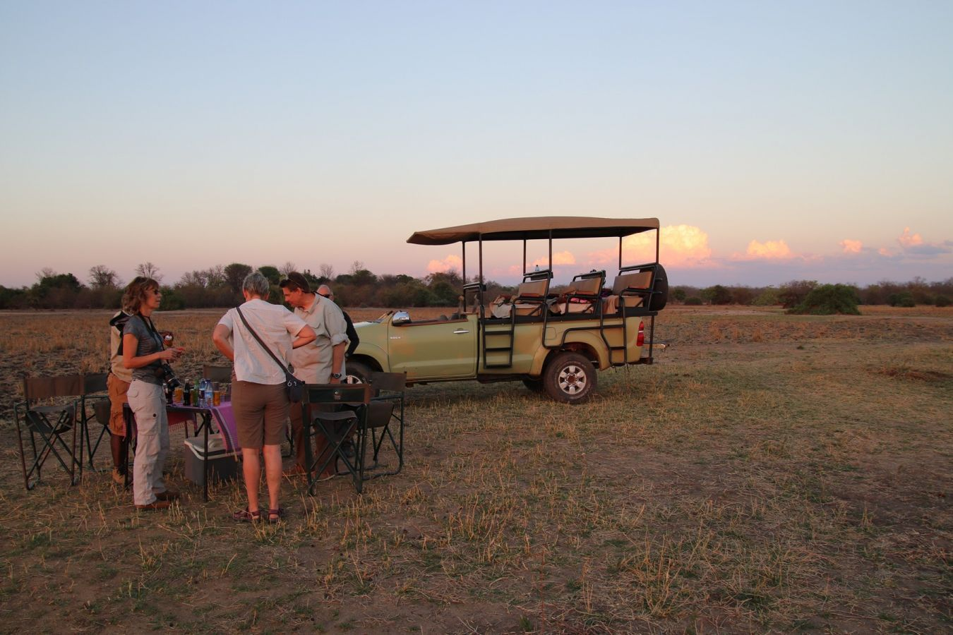 Kuthengo Camp sundowner tijdens game drive