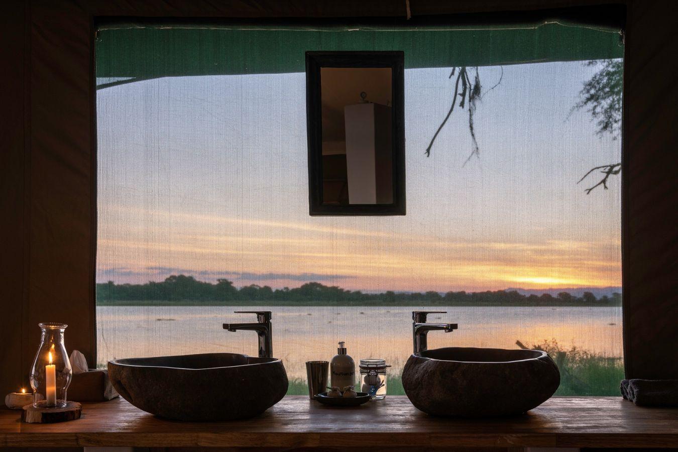 Kuthengo Camp uitzicht vanuit badkamer