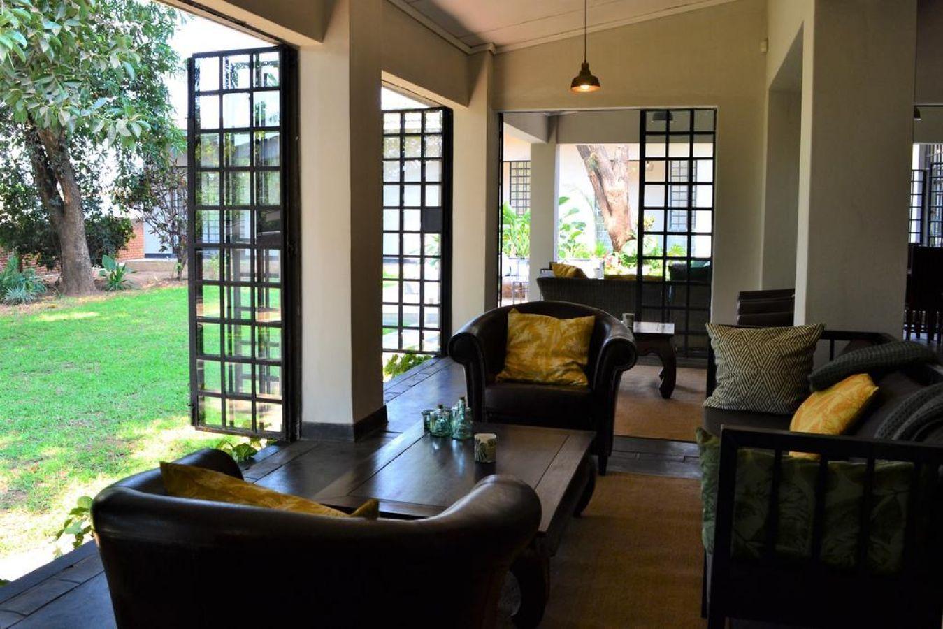 Mitengo House lounge met zicht op tuin