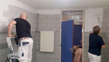 De kleedkamers worden behandeld met een schimmeldodend middel, loszittende spacks in het plafonds worden hersteld en daarna worden de oppervlaktes voorzien van een schimmelwerende coating.