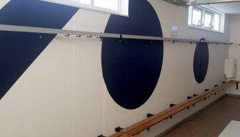 In opdracht van SO Soest zijn we momenteel druk bezig met het schilderen van de wanden en plafonds van hun kleedkamers.