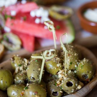Gemarineerde olijven met gerookte pinda