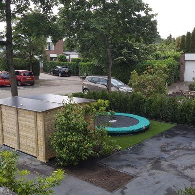 Voortuin met kunstgras en trampoline
