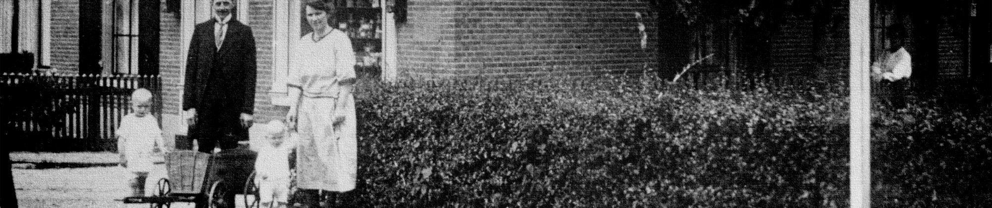 Bakkersfamilie Van den Oord voor hun winkel aan het Kerkpad. (1925)