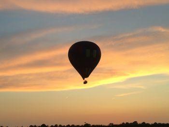 Waarom varen luchtballonnen vooral 's avonds?