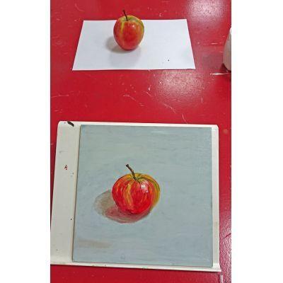 Tijdens de workshop nat in nat schilderen met olieverf wordt er na waarneming geschilderd met een echte appel.