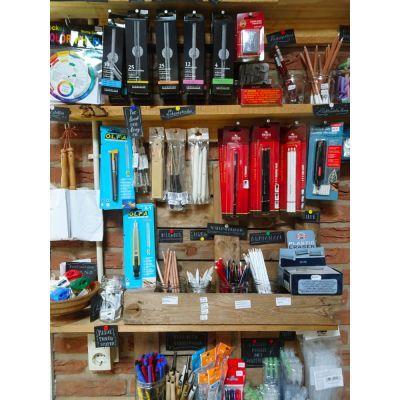 In de 'Teekenkamer': houtskool, doezelaars, gummen, puntenslijpers, vulpotloden, tekenpennen, kleurenwielen, et cetera