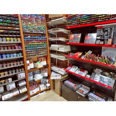 In de 'Teekenkamer': potloden, oliepastels, softpastels, pigment, papier, et cetera.