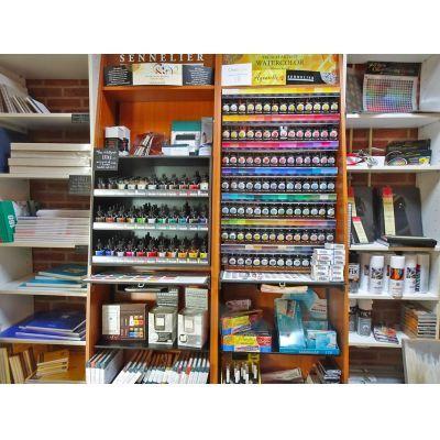 In de 'Teekenkamer': aquarelverf, tekeninkten, papier, fixatieven, et cetera.