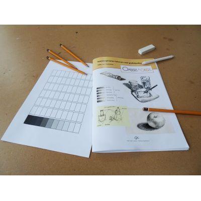 Bij Ombers & Okers gebruiken we door onszelf ontwikkelde lesmaterialen. Cursus basisbeginselen van het tekenen met potlood