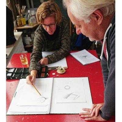 Deskundige begeleiding bij de cursus basisbeginselen van het tekenen met potlood.