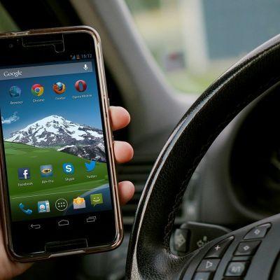 Veel meer boetes voor bellen en appen in het verkeer in Soest