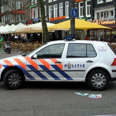 Politiewagen klapt tegen boom in Soest