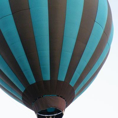 Luchtballon-stuntpiloot uit Soest scheert vlak over snelweg