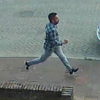 Politie toont beelden van man die voeten van jong meisje wilde zien