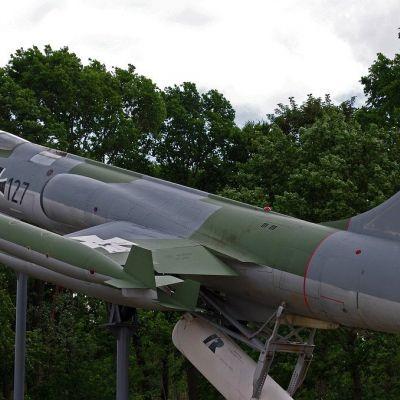 Tijdelijke buitenexpositie met bijzondere vliegtuigen bij Militair Museum