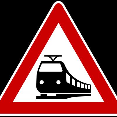 Auto ramt spoorwegovergang; bestuurder op de vlucht