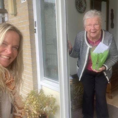 Stichting Vier het Leven deelt hyacinten uit in Soest en Baarn