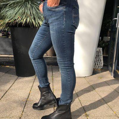 Niks is zo prettig als een heerlijke fijne stretch denim. Kom even passen en merk het zelf! PARAMI #studiojill #fashion #denim #parami #basis #comfy #...