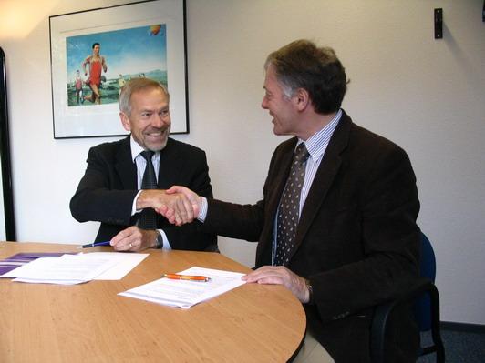 Sylvestercross-voorzitter Ad van der Wiel en Atletiekunie-directeur Rien van Haperen