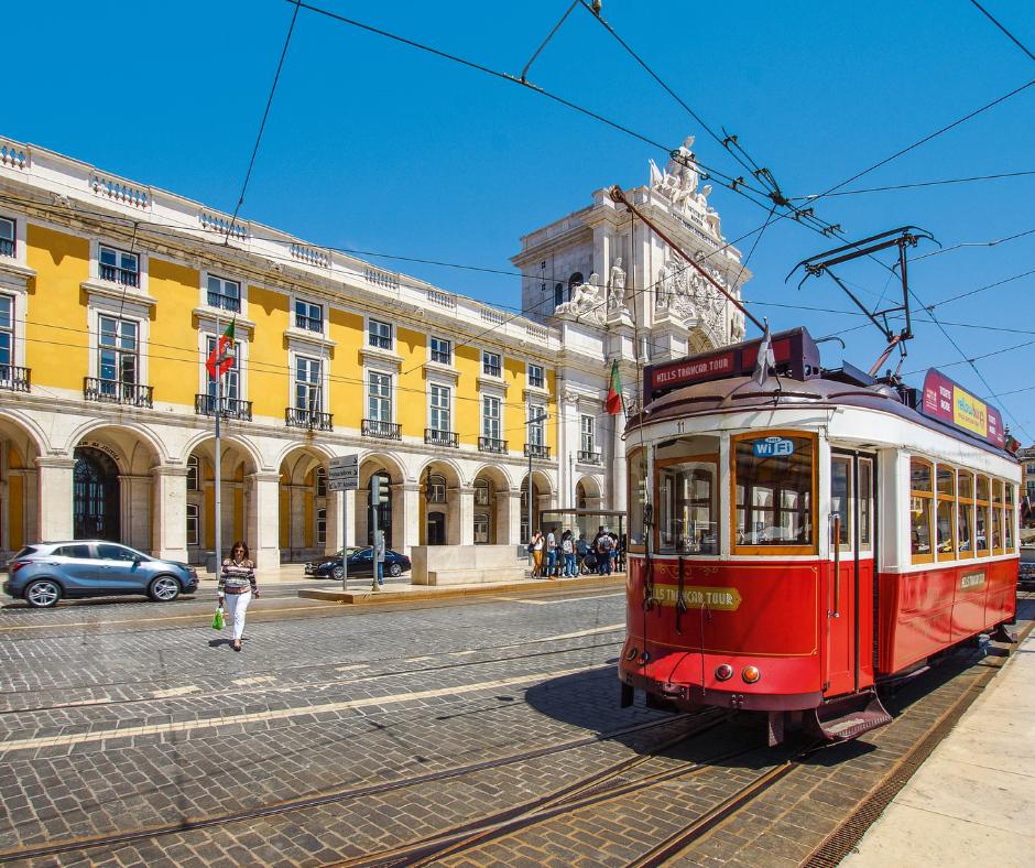 Oude tram in Lissabon in Portugal